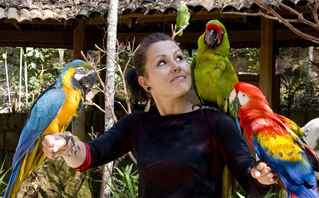 Anita Demianowicz z papugami. Honduras
