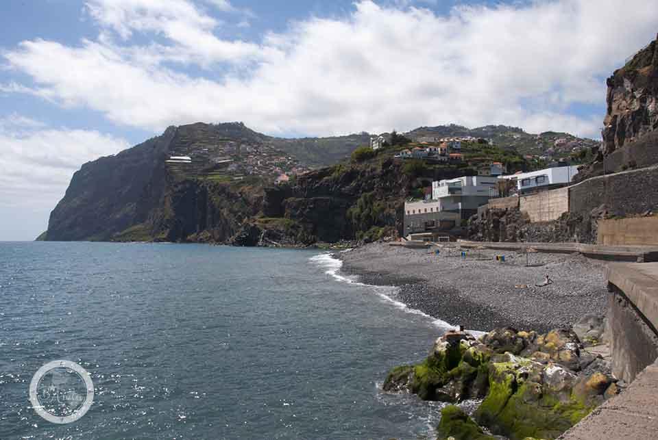 Typowa kamienista plaża Madery