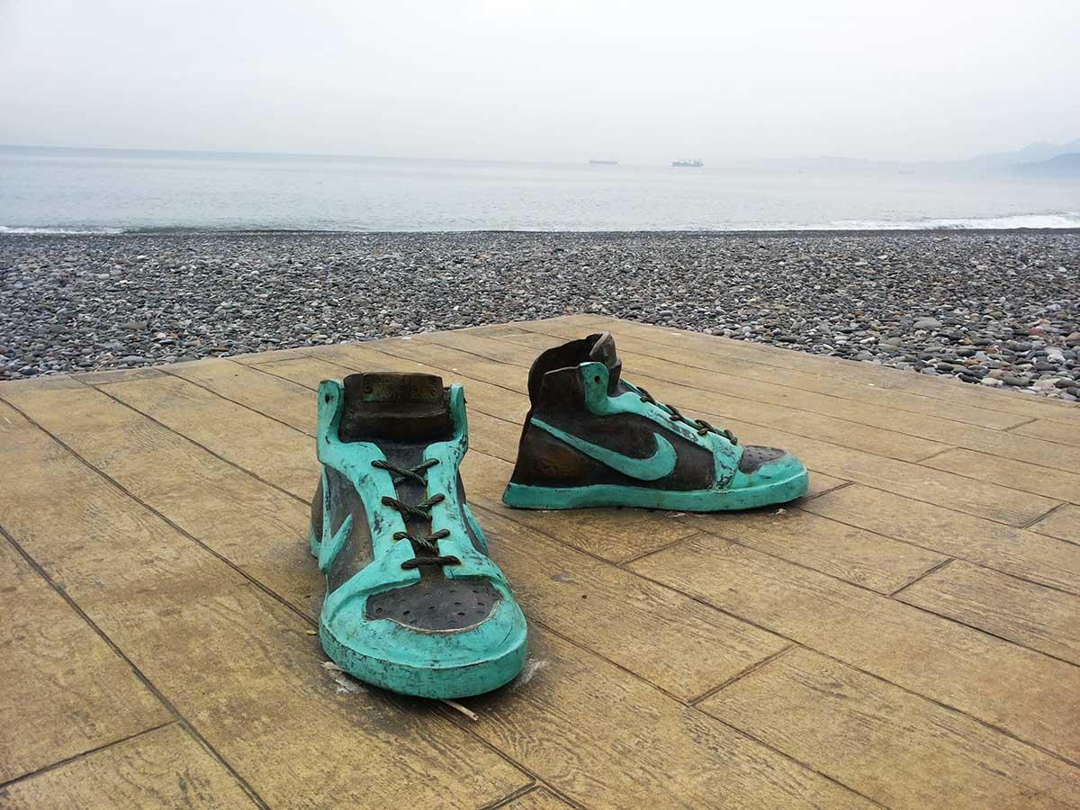 Rzeźba butów Nike wBatumi