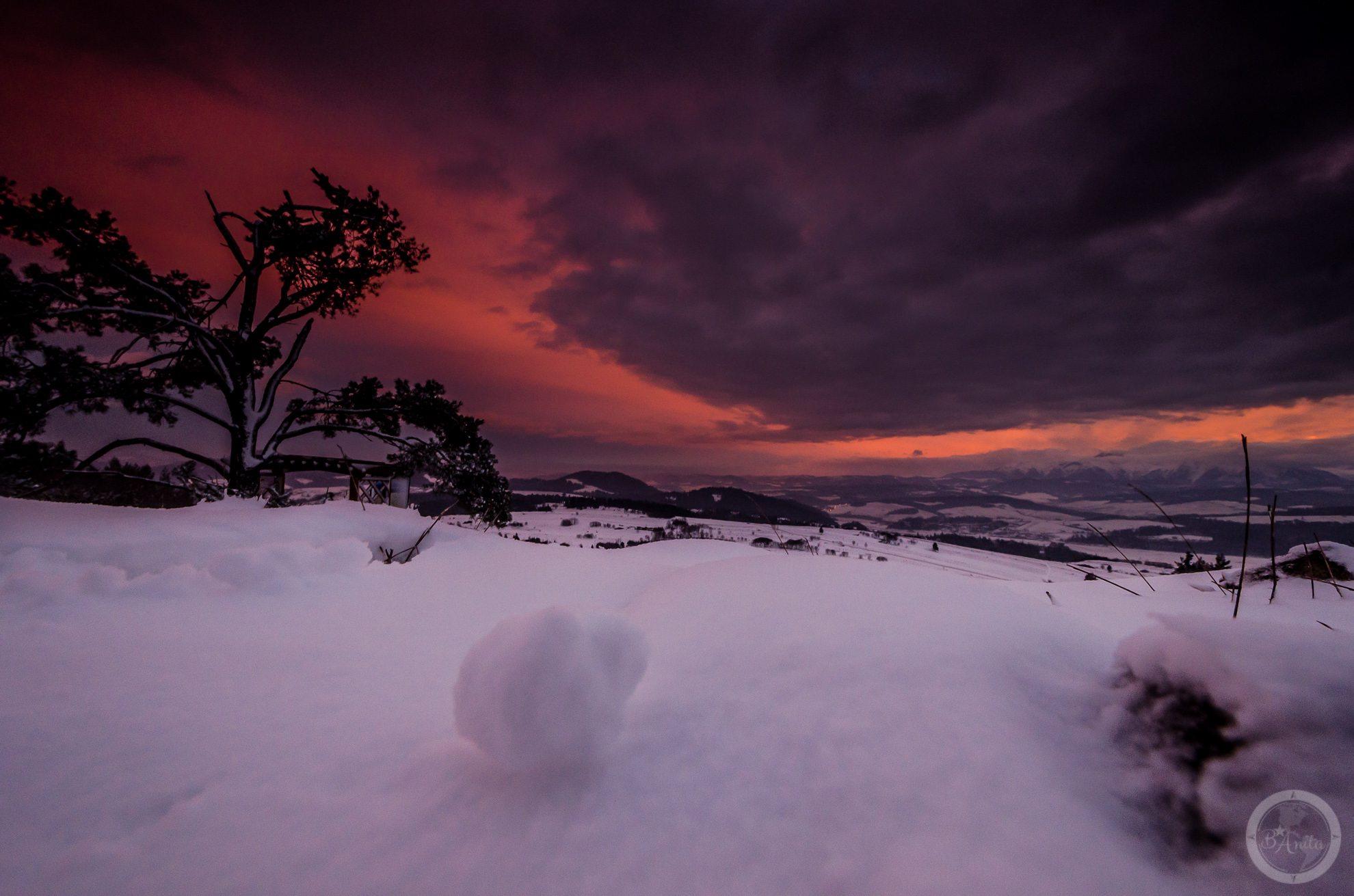 Zachód słońca widziany zGóry Wdżar (766, 767 m), szczytu wpaśmie łączącym Lubań zPieninami. Niebo wygląda jakby zostało podpalone, toefekt zachodu słońca nadTatrami