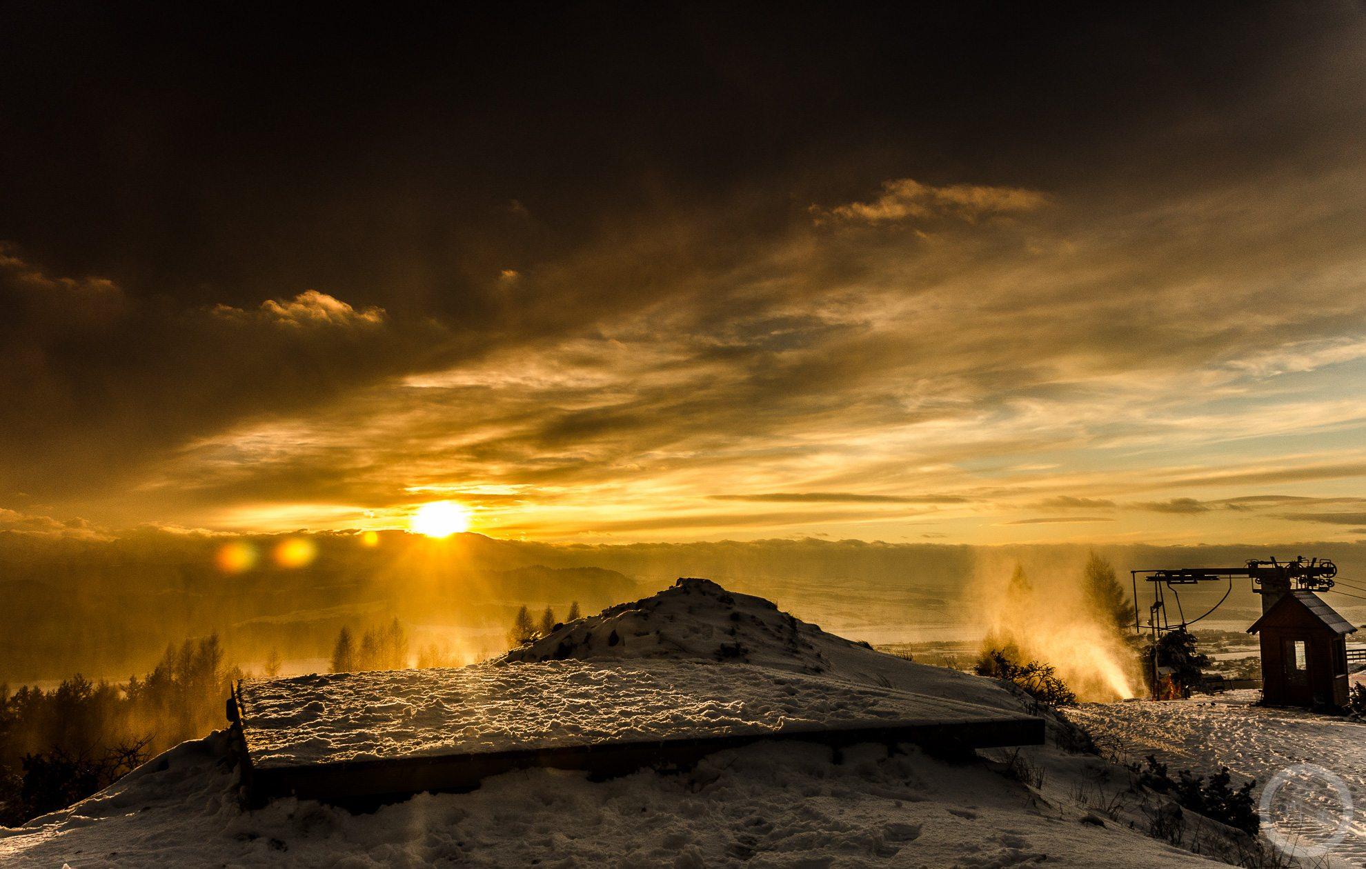 Zachód słońca widziany zGóry Wdżar (766, 767 m), szczytu wpaśmie łączącym Lubań zPieninami, pomiędzy przełęczami Drzyślawa iSnozka.