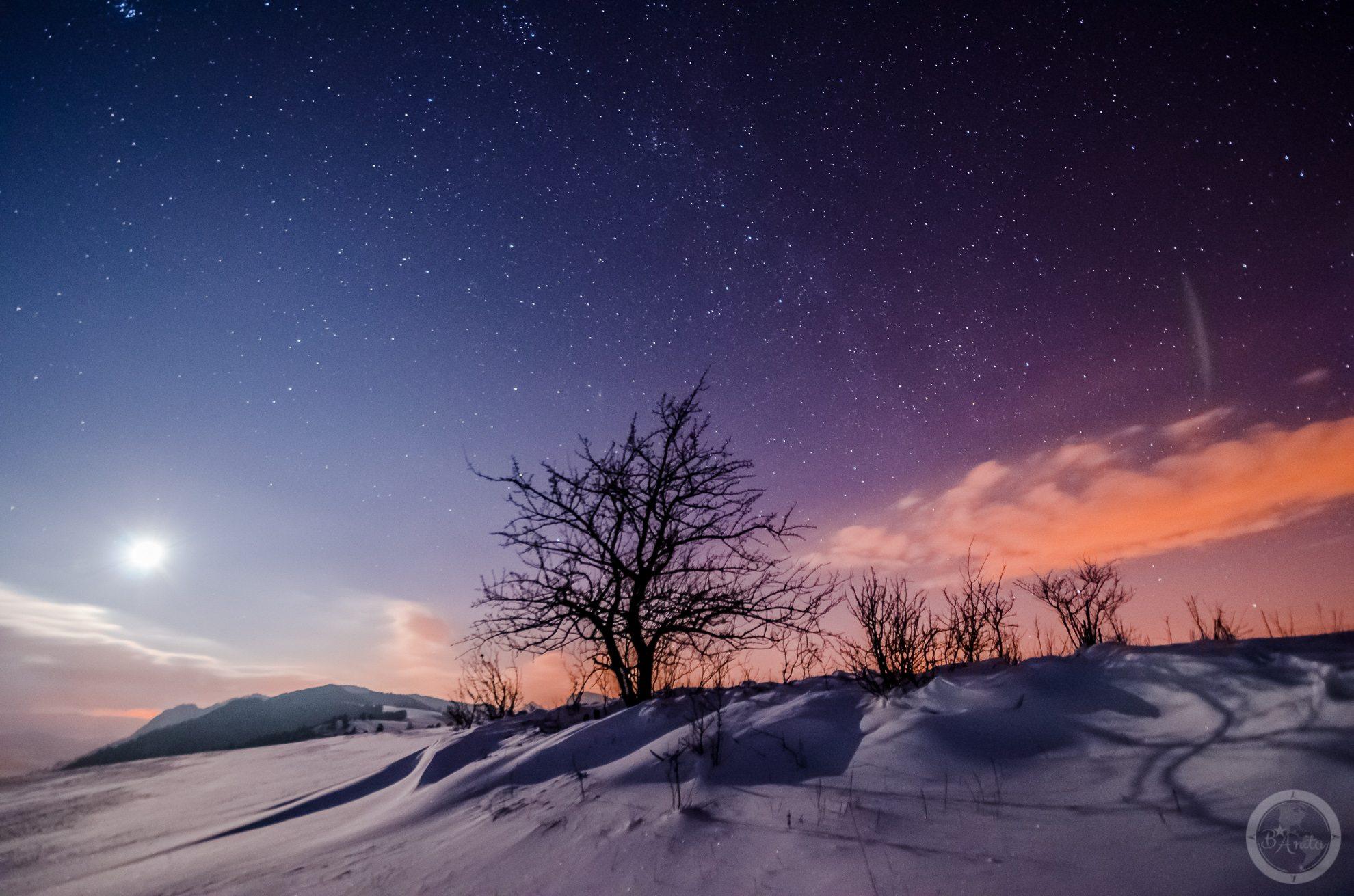 Nocne zdjęcie rozgwieżdżone nieba wykonane naszczycie góry. Wysoki Wierch, Małe pieniny