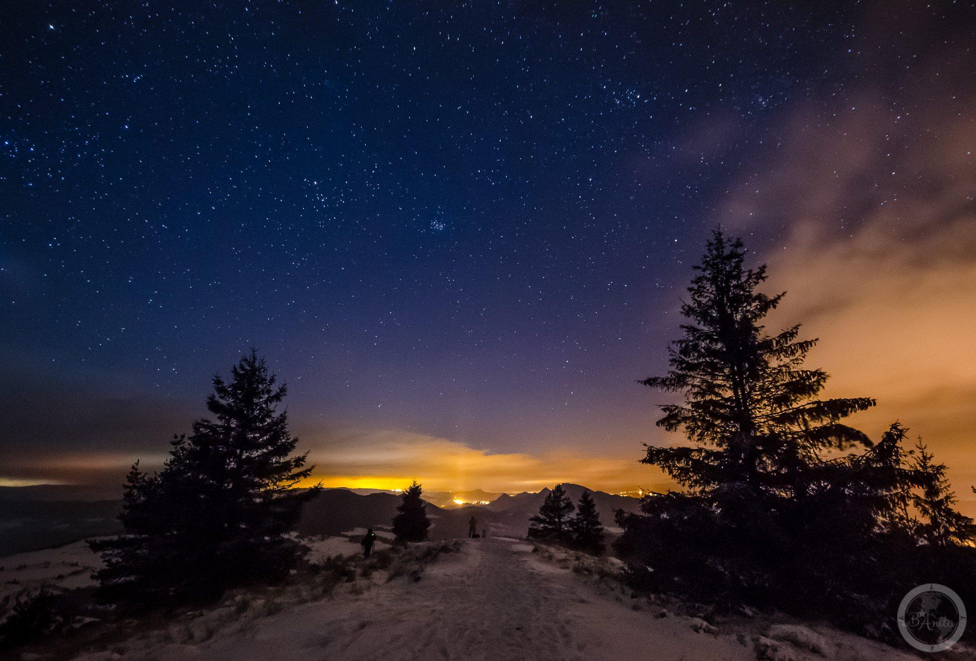 Nocna fotografia rozgwiedżonego nieba. Wysoki Wierch wMałych Pieninach