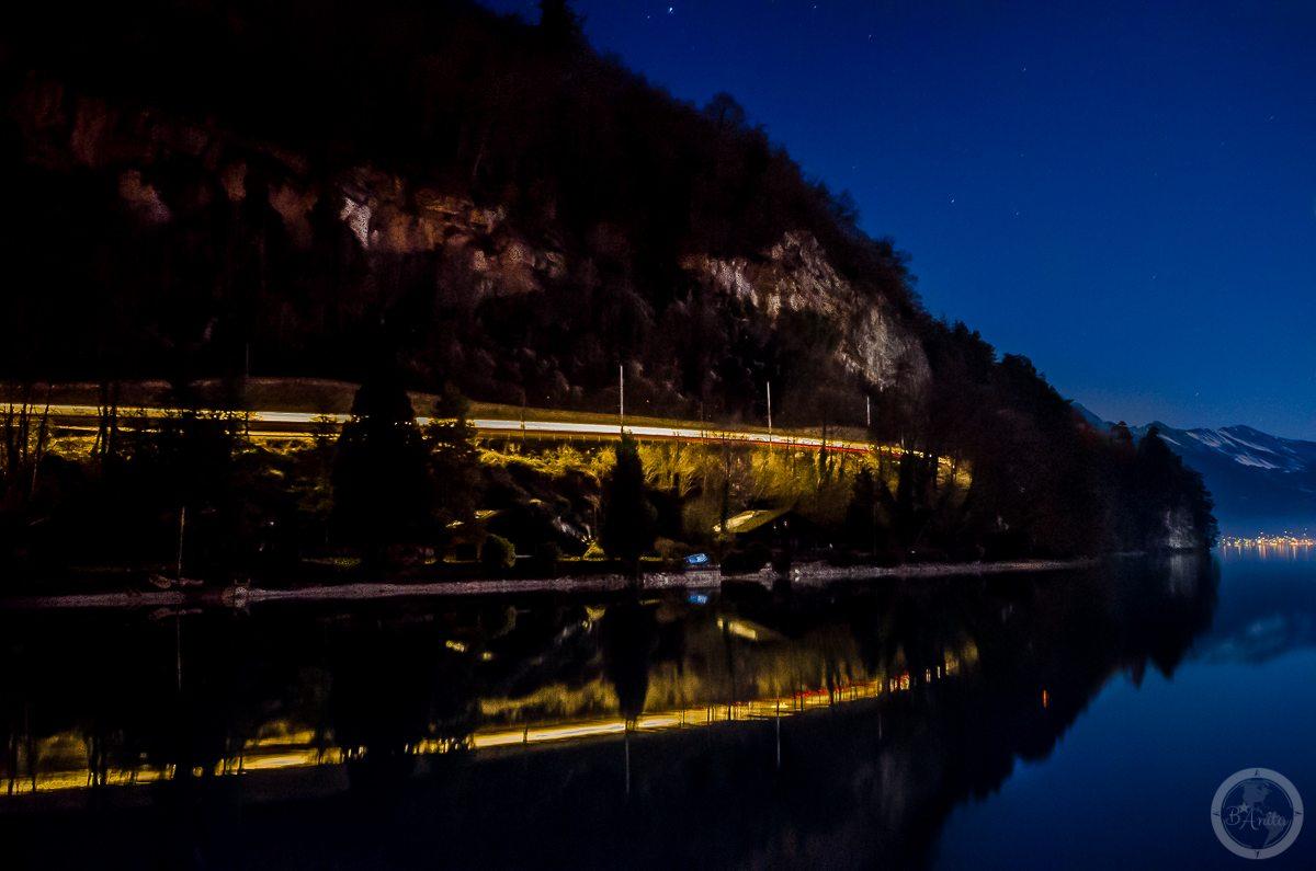 Interlaken nocą. Świetlisty pociąg