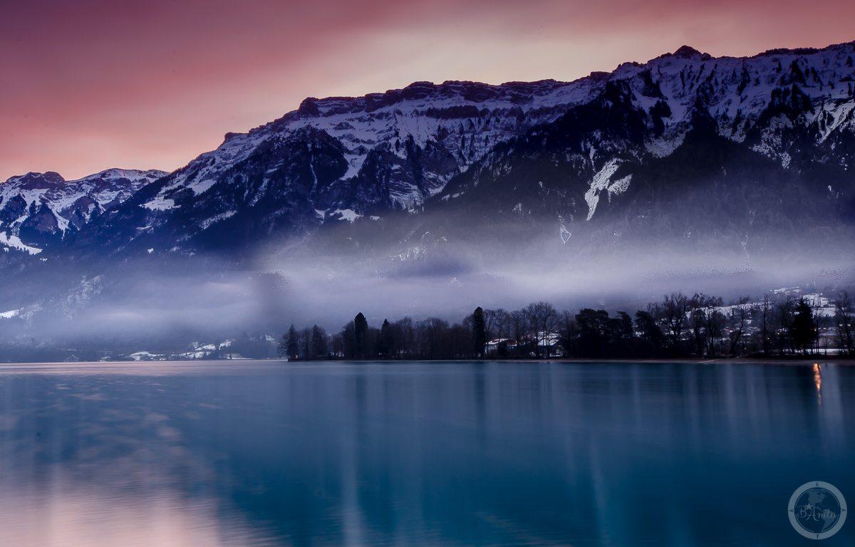 Interlaken o wschodzie, mgły nad jeziorem