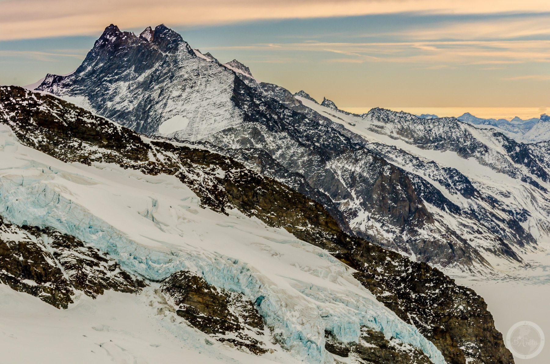 Jęzor lodowca spływający zeskalistego zbocza. Jungfraujoch, Szwajcaria