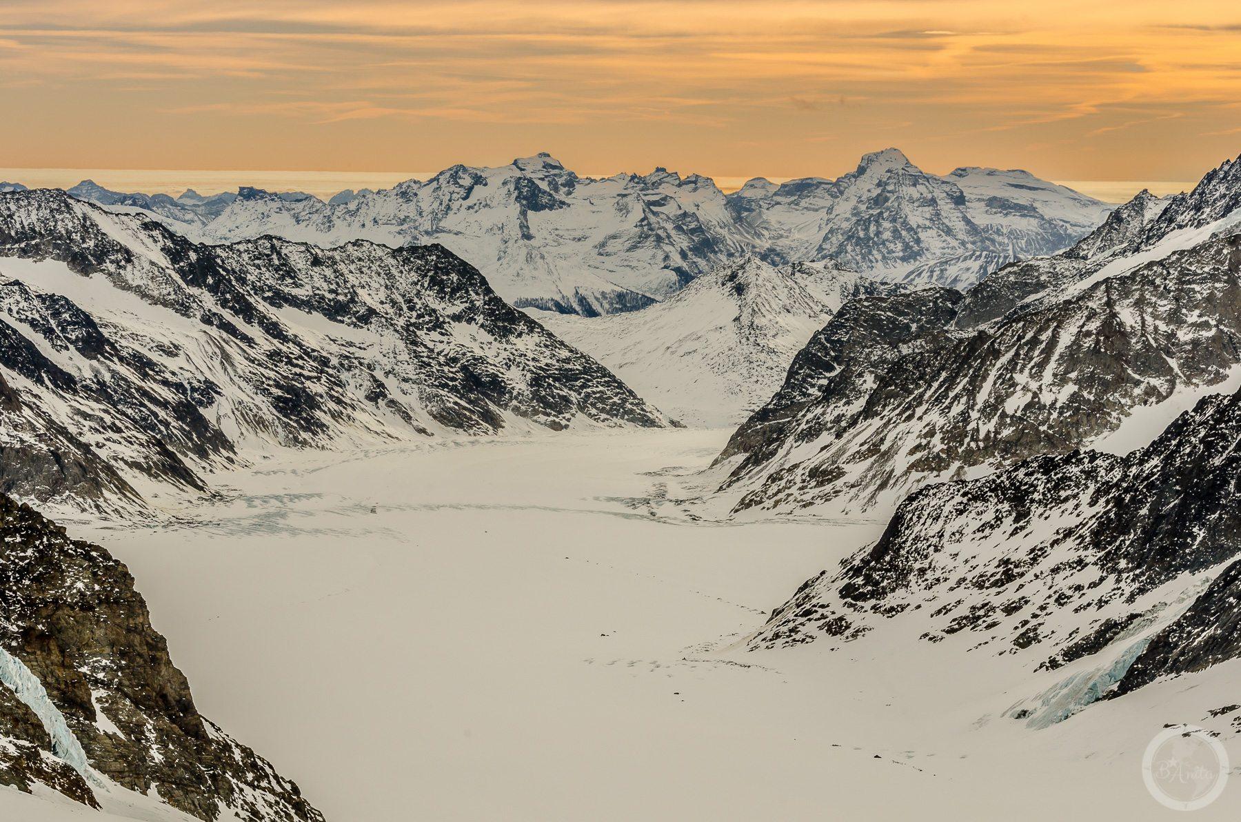 Góska przełęcz wśród skalistych, ośnieżonych szczytów. Jungfraujoch, Szwajcaria