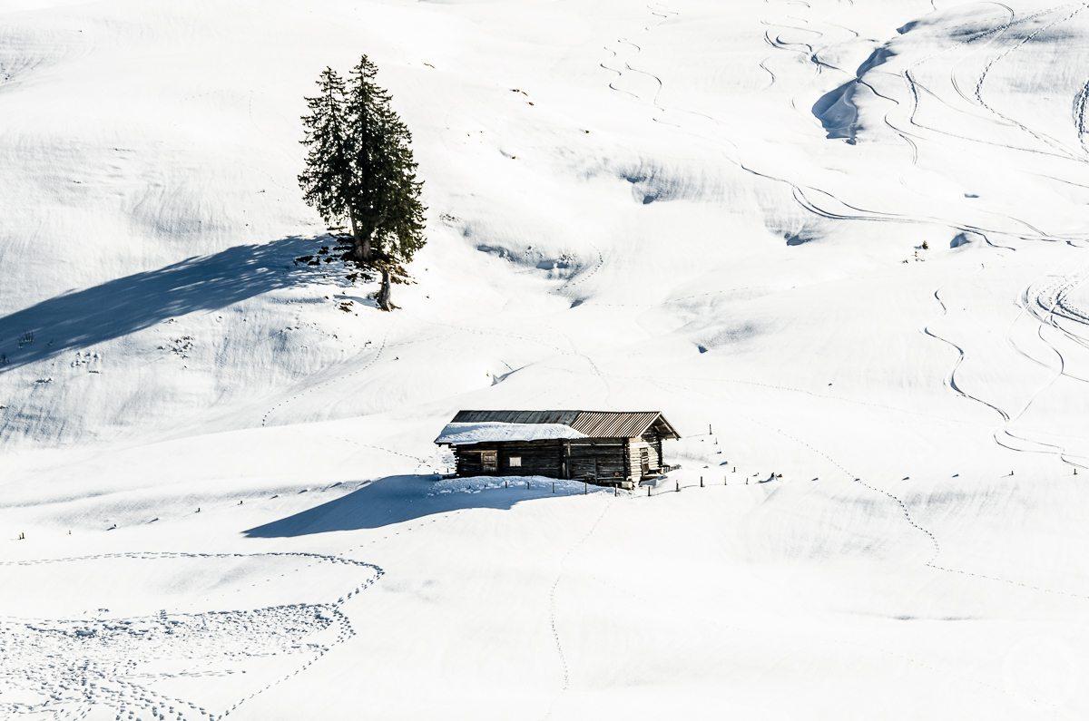 Chatka na ośnieżonym zboczu. Lombachalp, Szwajcaria