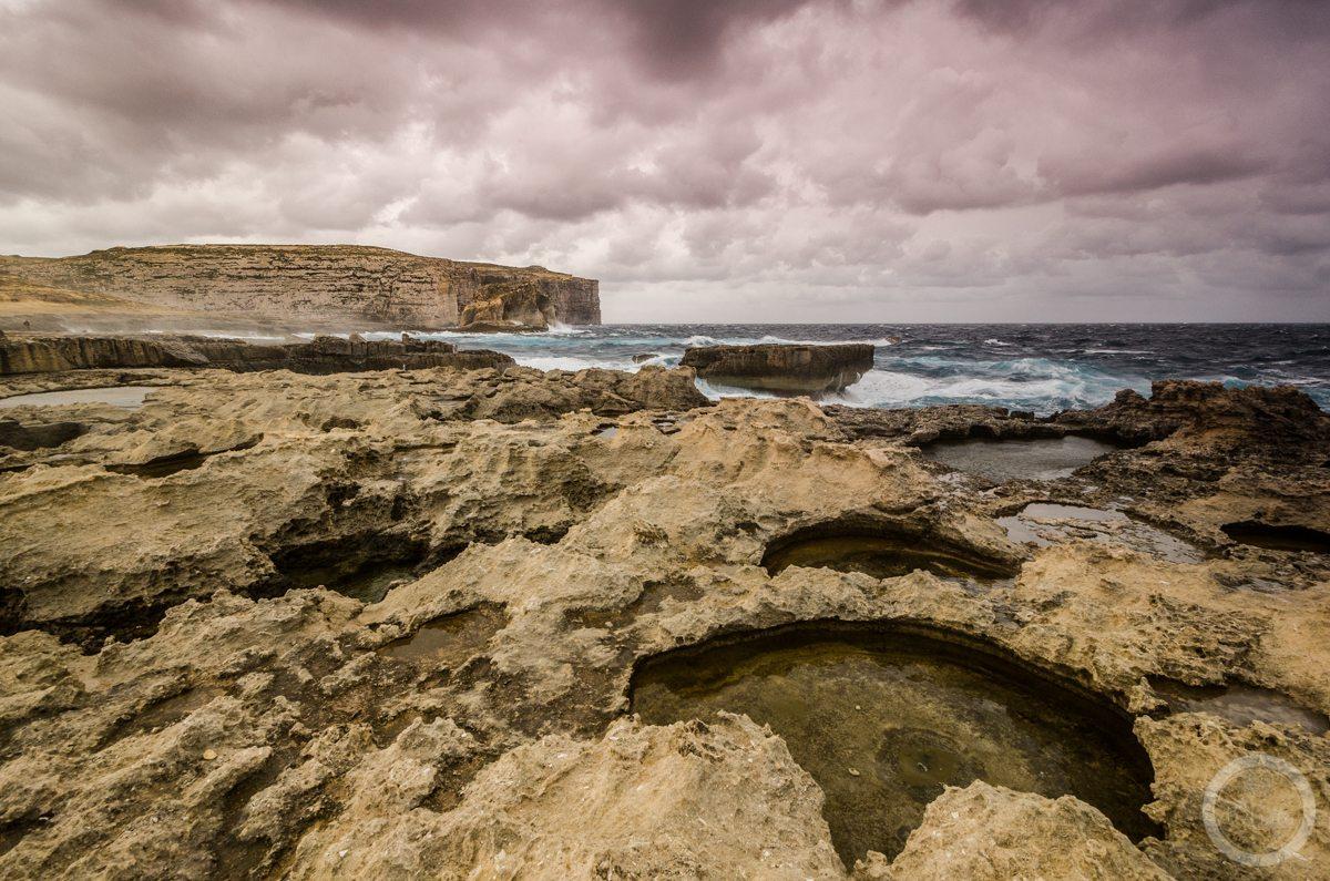 Wzburzone Morze Śródziemne wpobliżu Azure Window, Gozo