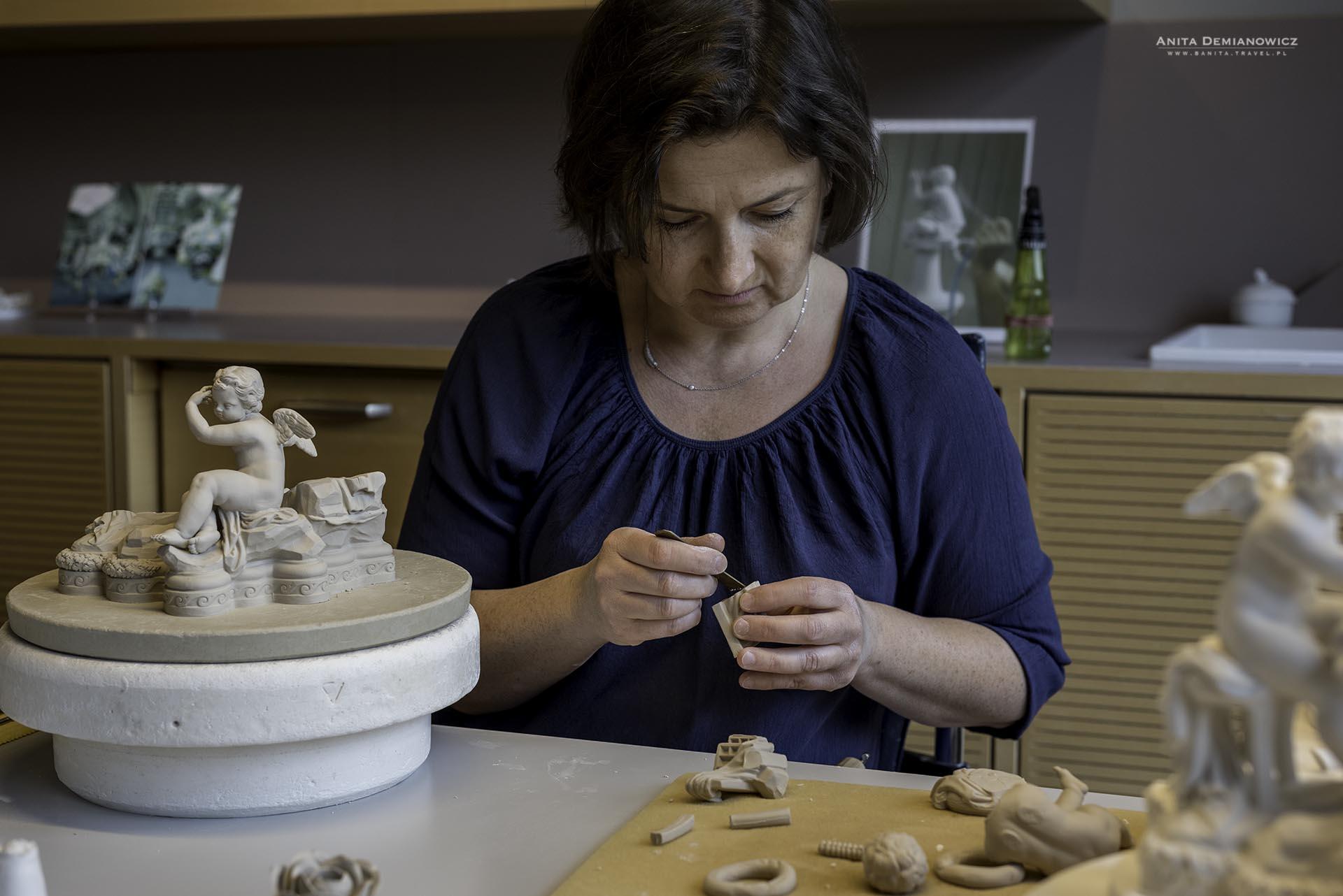 Modelarka przy pracy nad sklejaniem jednej z figurek.