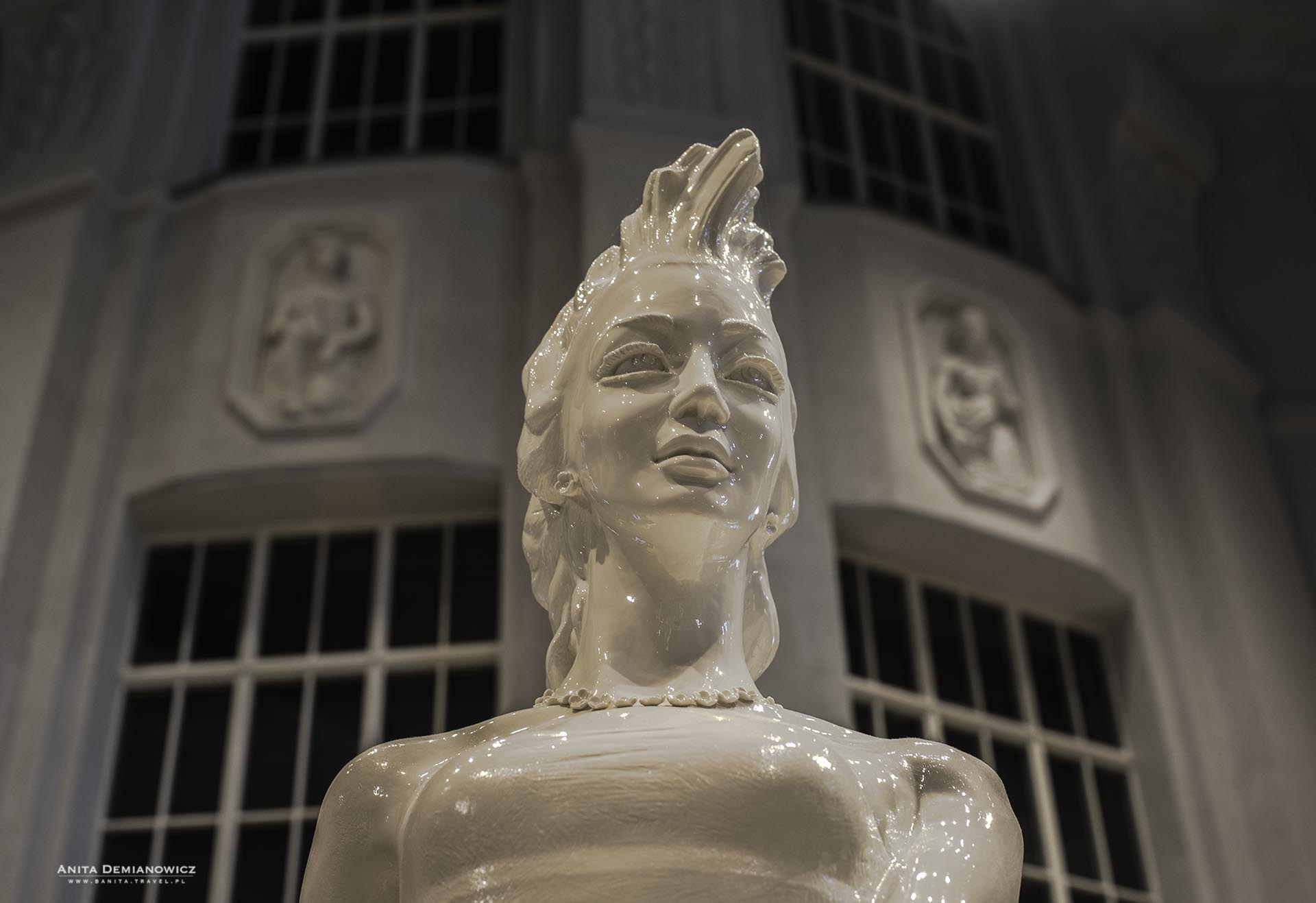 Saksonia - porcelanowa rzeźba patronki regionu. Mierzy 180 cm iważy 800 kg