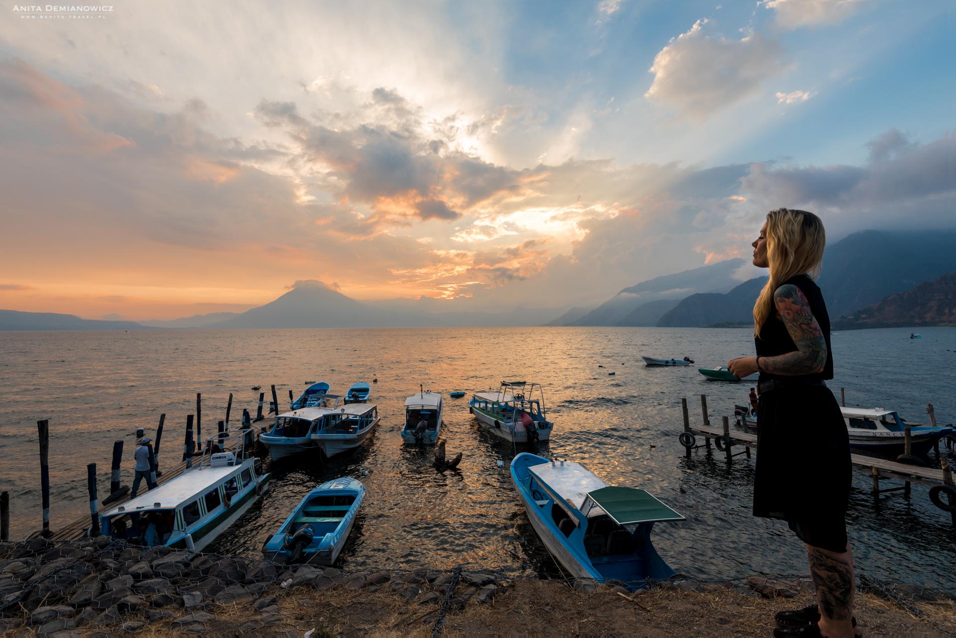 Jezioro Atitlán jest uważane zajedno znajpiękniejszych jezior świata. Ma 18 km długości iotaczają go trzy wulkany: Atitlán (3537 m npm), Tolimán (3 158 m npm) iSan Pedro (3020 m npm). Mało tego, żejezioro jest piękne, toskrywa jeszcze wielką tajemnicę. Wjego otchłani odnaleziono zatopione miasto, co czyni je wyjątkowym, jeśli chodzi ocałą Mezoamerykę.