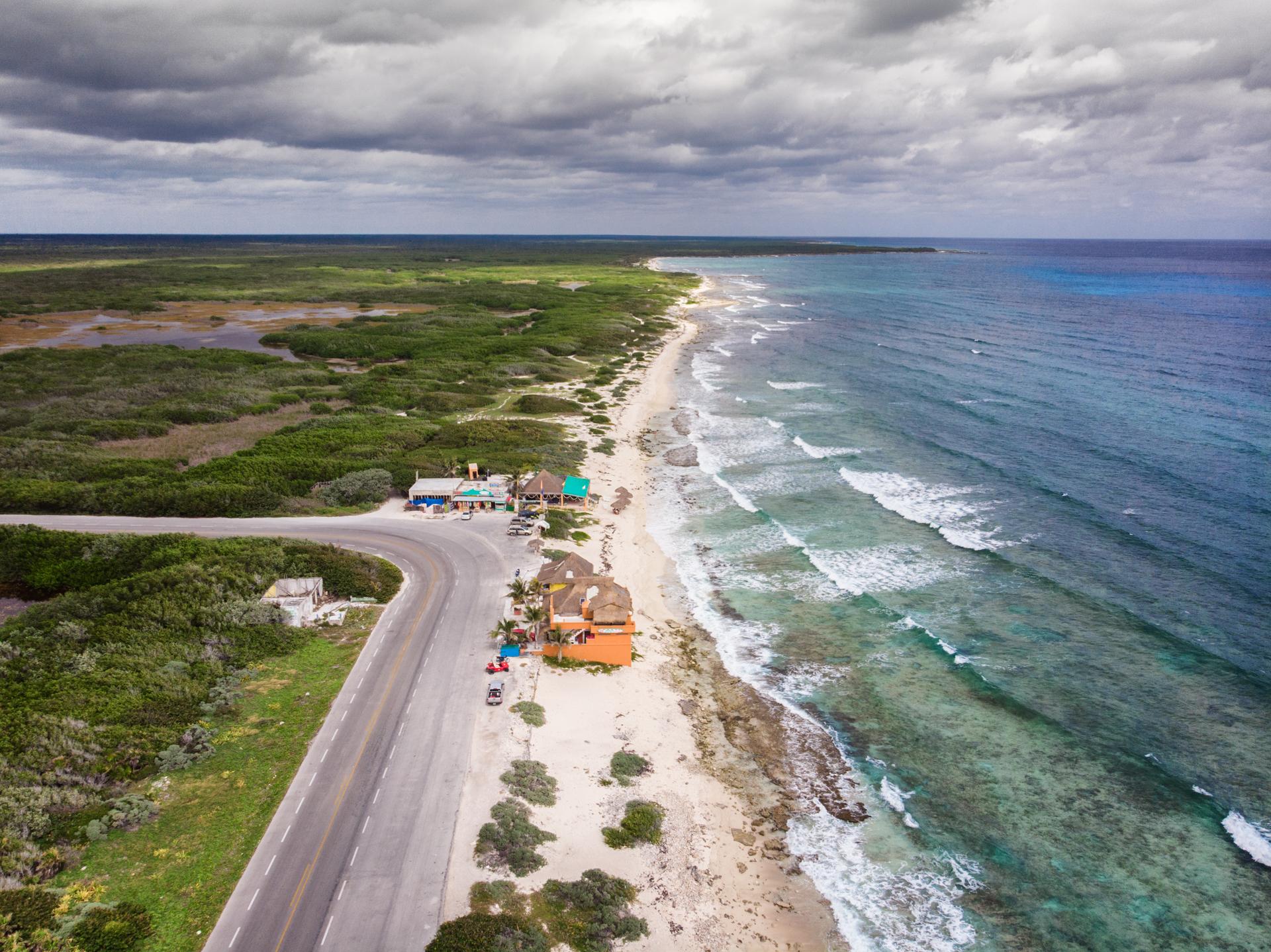 Wyspa oczarowała mnie przede wszystkim częścią południową. Skalistymi nabrzeżami, opustoszałymi plażami ipustymi ścieżkami rowerowymi. Cozumel jest niewielkie. Można się wybrać najej objazd skuterem lub jak ja - rowerem. Wystarczy natojeden dzień, choć wyspa Cozueml jest idealna napołudniu szczególnie, bywybrać się tu nadłuższe biwakowanie znamiotem.Na wyspę ściągają przede wszystkim amatorzy nurkowania. Toponoć jedno znajlepszych miejsc donauki nurkowania.